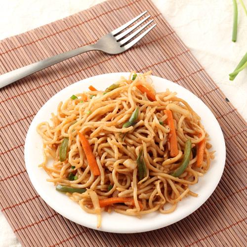veg-hakka-noodles resturant style
