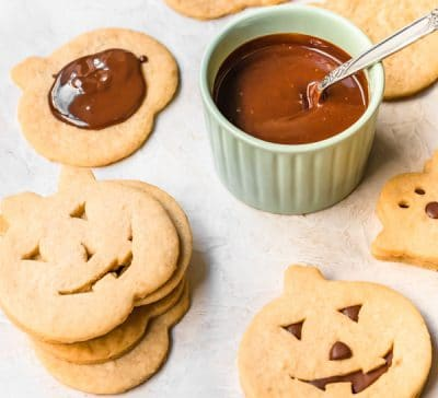 halloween-shortbread-cookie-sandwiches-with-caramel-sauce